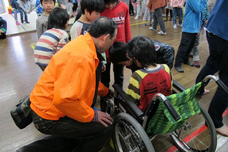 車いすの扱い方について学習する子どもたち
