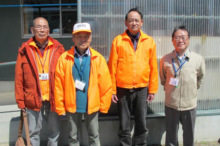 出前講座で講師を務めた同ネットワークの副会長・渡邉大さん、会長・清水勇さん、松隈潤治さん、近藤保行さん(左から)