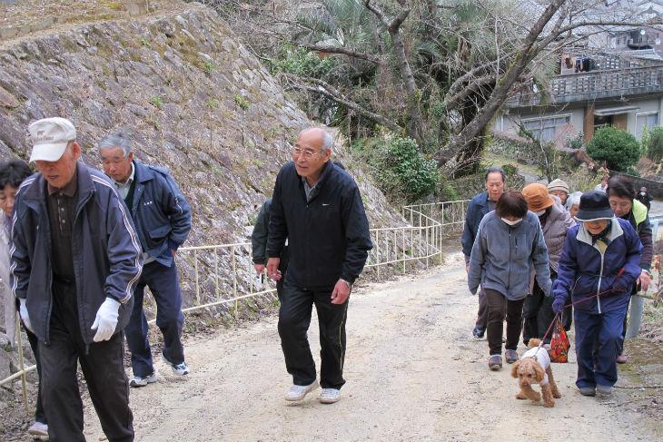 避難場所の荒坂中学校に向かって坂道をのぼる住民