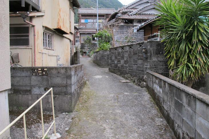 木造の家屋が密集する二木島町の集落内