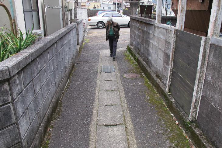 細い道の両側にたつブロック塀。崩壊の危険性を指摘する声もあった