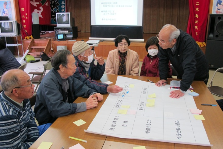 グループに分かれて避難訓練を振り返り、意見を出し合う住民
